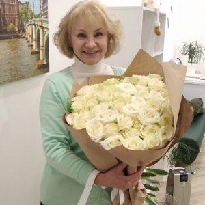 букет белых роз вручение подарка